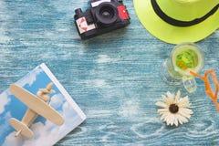 Accesorios de las vacaciones en un fondo de madera azul Imagen de archivo
