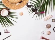Accesorios de las vacaciones de verano en el fondo blanco foto de archivo