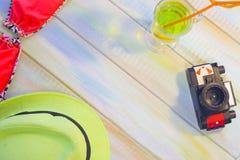 Accesorios de las vacaciones de verano en un fondo de madera coloreado Imagen de archivo