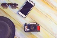 Accesorios de las vacaciones de verano en un fondo de madera coloreado Fotos de archivo libres de regalías