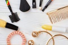 Accesorios de los cosméticos del maquillaje, visión superior Fotografía de archivo