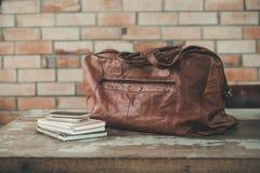 Accesorios de los hombres con los bolsos de cuero marrón oscuro Imágenes de archivo libres de regalías
