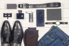 Accesorios de los hombres Los accesorios elegantes negros juntan las piezas en la tabla de madera blanca Visión superior Imagenes de archivo