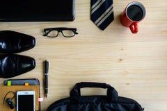 Accesorios de los hombres y taza de café en el fondo de madera, negocio Fotografía de archivo