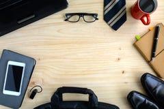 Accesorios de los hombres y taza de café en el fondo de madera, negocio Foto de archivo