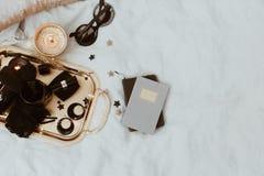 Accesorios de lujo de la endecha plana sobre la bandeja del oro Foto de archivo libre de regalías
