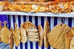 Accesorios de madera de la cocina en venta en el mercado de la Navidad de Riga Fotos de archivo libres de regalías