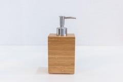 Accesorios de madera del cuarto de baño para la crema del champú o de la ducha Fotos de archivo libres de regalías