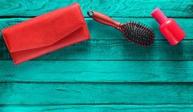 Accesorios de niña de la tendencia en un fondo de madera de la turquesa Cepillo para el pelo, monedero, botella de perfume Copie  Imagen de archivo