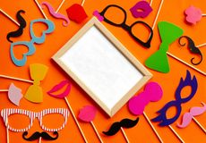 Accesorios de papel en un palillo para una sesión fotográfica Fotos de archivo libres de regalías