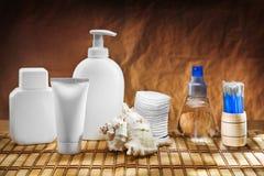 Accesorios de Skincare en la estera Fotos de archivo libres de regalías