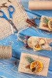 Accesorios, decoración y regalos envueltos para la Navidad con el trineo de madera en tableros Fotografía de archivo libre de regalías