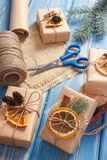 Accesorios, decoración y regalos envueltos para la Navidad con el trineo de madera en viejos tableros azules Imagenes de archivo