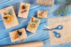 Accesorios, decoración y regalos envueltos para la Navidad o la otra celebración en tableros Fotos de archivo libres de regalías