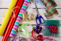 Accesorios decorativos para la Navidad creativa que envuelve los regalos Foto de archivo