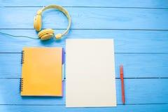 Accesorios del adolescente con el espacio de la copia en fondo de madera azul Visión superior Foto de archivo
