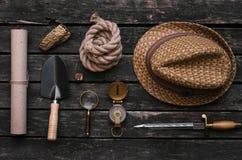 Accesorios del aventurero Equipo del viajero Tabla del explorador imagen de archivo libre de regalías