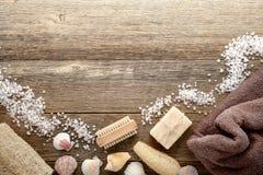 Accesorios del baño de la vendimia en el fondo de madera del balneario fotos de archivo libres de regalías