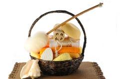 Accesorios del baño en la cesta. Imagen de archivo libre de regalías