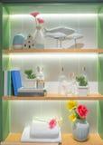 Accesorios del baño en shelfs en cuarto de baño Fotos de archivo libres de regalías