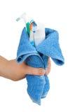 Accesorios del baño envueltos en una toalla azul Fotografía de archivo libre de regalías
