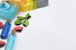 Accesorios del baño Líquido azul Fondo del concepto del balneario con el espacio de la copia Terapia del aroma Imagen de archivo libre de regalías