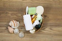 Accesorios del baño y de la ducha en cesta Fotos de archivo libres de regalías