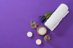 Accesorios del balneario dispuestos en fondo púrpura Fotografía de archivo