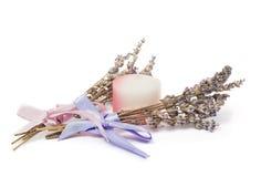 Accesorios del balneario, dos manojos de la lavanda, vela en blanco Imagen de archivo libre de regalías