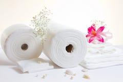 Accesorios del balneario: hojas y toallas blancas Imágenes de archivo libres de regalías