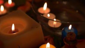 Accesorios del balneario para el salón del balneario con las velas y las flores almacen de video