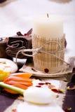 Accesorios del balneario - vela, toalla y flores foto de archivo