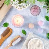 Accesorios del balneario y del ba?o con las sales de ba?o y productos del tratamiento de la belleza en la tabla blanca Concepto d foto de archivo libre de regalías
