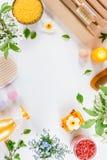 Accesorios del balneario y del ba?o con las sales de ba?o y productos del tratamiento de la belleza en la tabla blanca Concepto d imagen de archivo libre de regalías