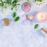 Accesorios del balneario y del ba?o con las sales de ba?o y productos del tratamiento de la belleza en la tabla blanca Concepto d fotos de archivo