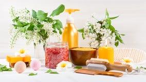 Accesorios del balneario y del ba?o con las sales de ba?o y productos del tratamiento de la belleza en la tabla blanca Concepto d imagen de archivo