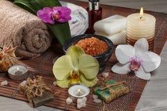 Accesorios del balneario y de la salud con la opinión de las flores desde arriba Imagenes de archivo