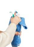 Accesorios del baño envueltos en una toalla azul Fotos de archivo