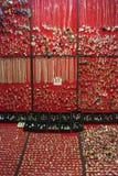Accesorios del bazar magnífico y tiendas hermosos de la ropa en Istanbu Imágenes de archivo libres de regalías
