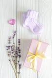 Accesorios del bebé con la lavanda para el cuarto de baño en fondo de madera Fotos de archivo