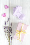 Accesorios del bebé con la lavanda para el cuarto de baño en fondo de madera Foto de archivo libre de regalías