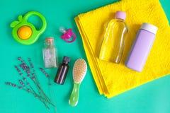 Accesorios del bebé con la lavanda para el cuarto de baño en fondo verde Imágenes de archivo libres de regalías