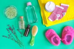 Accesorios del bebé con la lavanda para el cuarto de baño en fondo verde Imagenes de archivo