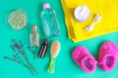 Accesorios del bebé con la lavanda para el cuarto de baño en fondo verde Fotografía de archivo libre de regalías