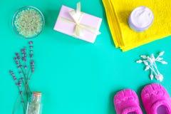 Accesorios del bebé con la lavanda para el cuarto de baño en fondo verde Foto de archivo libre de regalías
