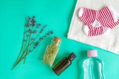 Accesorios del bebé con la lavanda para el cuarto de baño en fondo verde Fotos de archivo