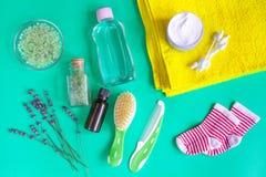 Accesorios del bebé con la lavanda para el cuarto de baño en fondo verde Fotografía de archivo