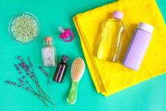 Accesorios del bebé con la lavanda para el cuarto de baño en fondo verde Foto de archivo