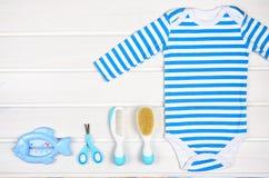 Accesorios del bebé en el fondo de madera blanco Imagenes de archivo