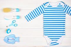 Accesorios del bebé en el fondo de madera blanco Imagen de archivo libre de regalías